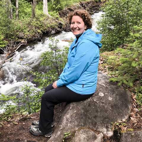 Mitarbeiterin Julia an einem kleinen Fluss im Wells Gray Provincial Park in Alberta