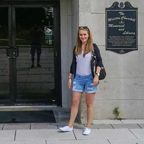 CANUSA Mitarbeiterin Laura Hoffmann vor dem National Churchill Museum in Fulton