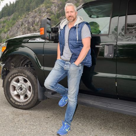 Stefan vor einem Truck-Camper in Alaska