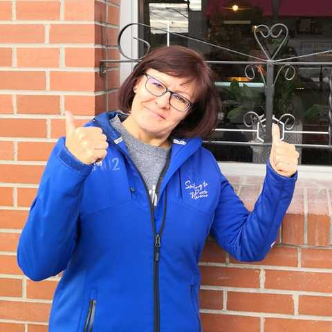 CANUSA Mitarbeiterin Irene Schnell vor dem Little Soul Cafe in Cranbrook, British Columbia