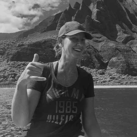 CANUSA Mitarbeiterin Katja Höbel auf der Zodiac Tour an der Napali Küste