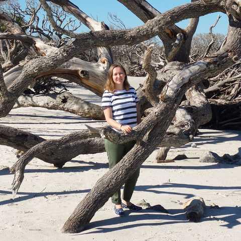 CANUSA Mitarbeiterin Lena Bruening am Driftwood Beach in Jekyll Island