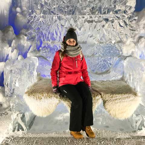 CANUSA-Mitarbeiterin Lena Brüning in den Ice Castles in Edmonton