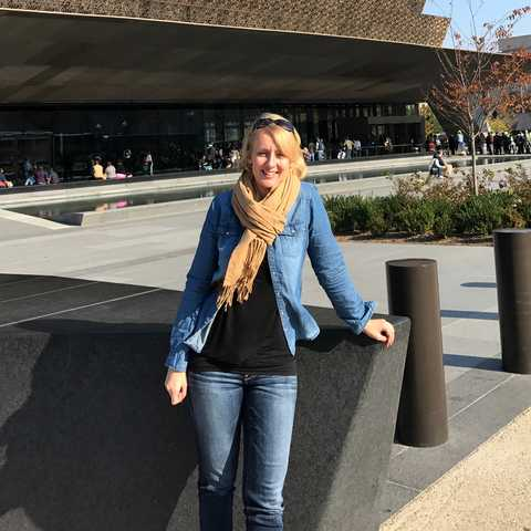 Anngret Rossol vor dem National Museum of African American History and Culture in Washington DC