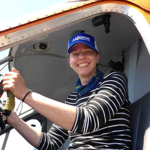 CANUSA Mitarbeiterin Antje Hauck in einem Wasserflugzeug auf dem Miminska Lake in Ontario