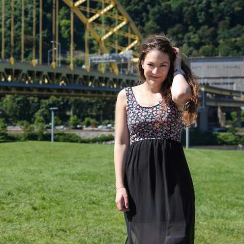 Antonia Rosenkranz vor der Fort Pitt Bridge in Pittsburgh