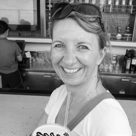 Mitarbeiterin Bettina an der Bar der Norwegian Getaway
