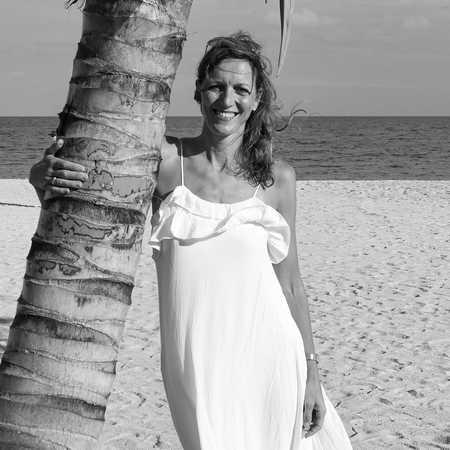 CANUSA Mitarbeiterin Birthe am Strand von Belize