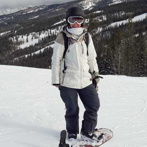 CANUSA Mitarbeiterin Cindy Heider auf dem Snowboard in Buttermilk, Colorado