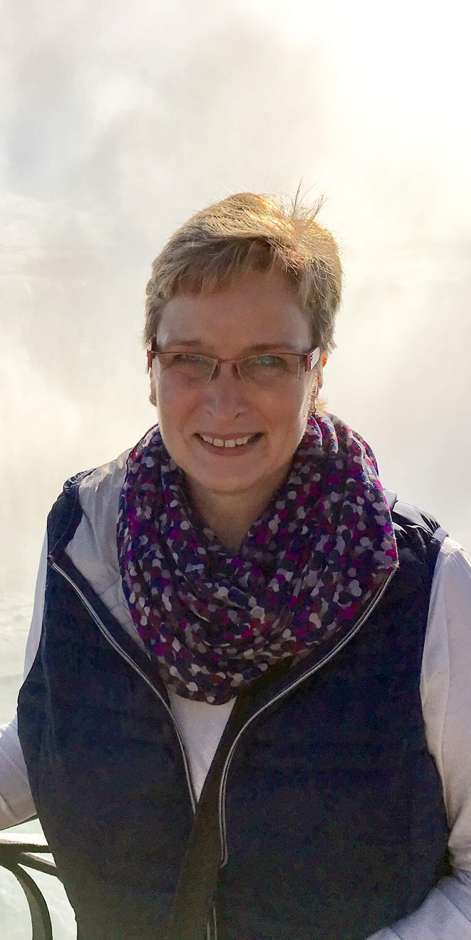 Mitarbeiterin Dagmar bei den Niagarafällen