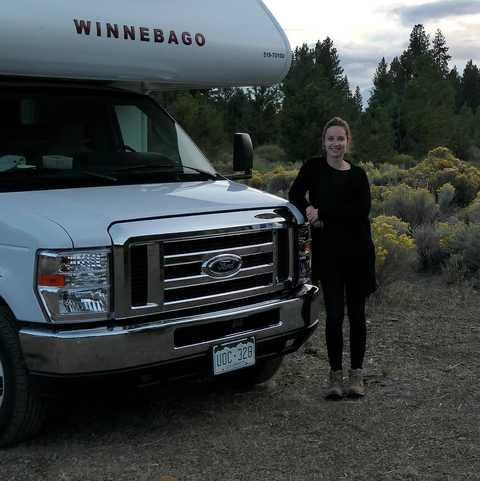 CANUSA-Mitarbeiterin Finja Hansen vor dem Apollo Camper im Deschutes National Forest, Oregon