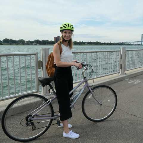 CANUSA-Mitarbeiterin Finja Hansen auf einem Fahrradausflug durch Detroit, Michigan