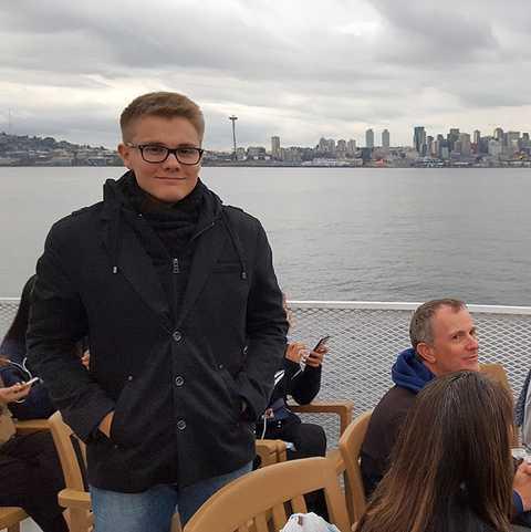 Felix vor der Skyline von Seattle