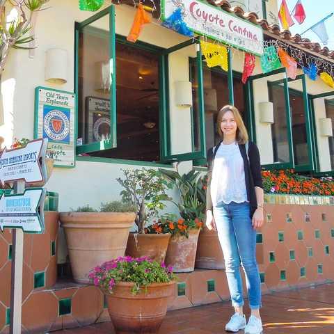 CANUSA Mitarbeiterin Finja Hansen vor dem Cafe Coyote in San Diego, Kalifornien