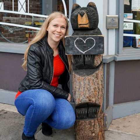CANUSA Mitarbeiterin Franziska Knobba vor dem Bare Burger Restaurant in Santa Monica
