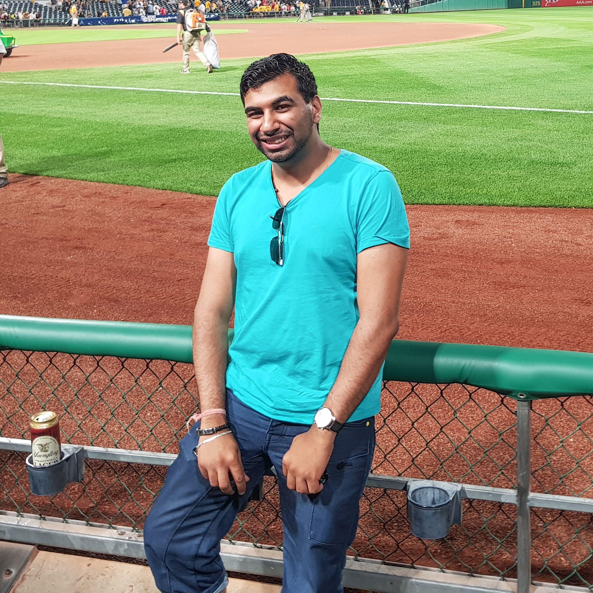 Unser Mitarbeiter Hans Chawla im PNC Park in Pittsburgh