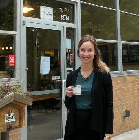 CANUSA-Mitarbeiterin Finja Hansen vor dem Higher Grounds Kaffeshop, Michigan