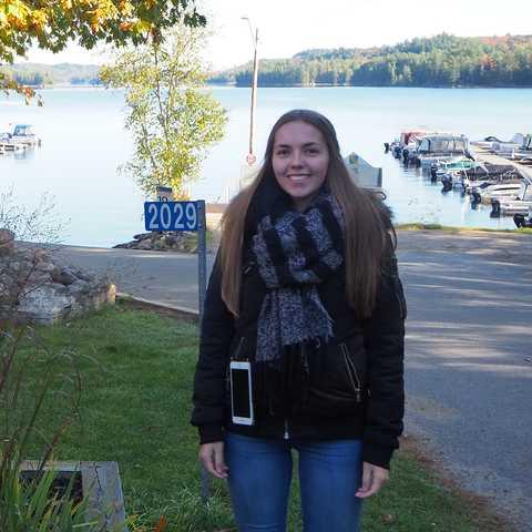 CU-Mitarbeiterin Jessica Wende vor einer Oakview Lodge, Ontario