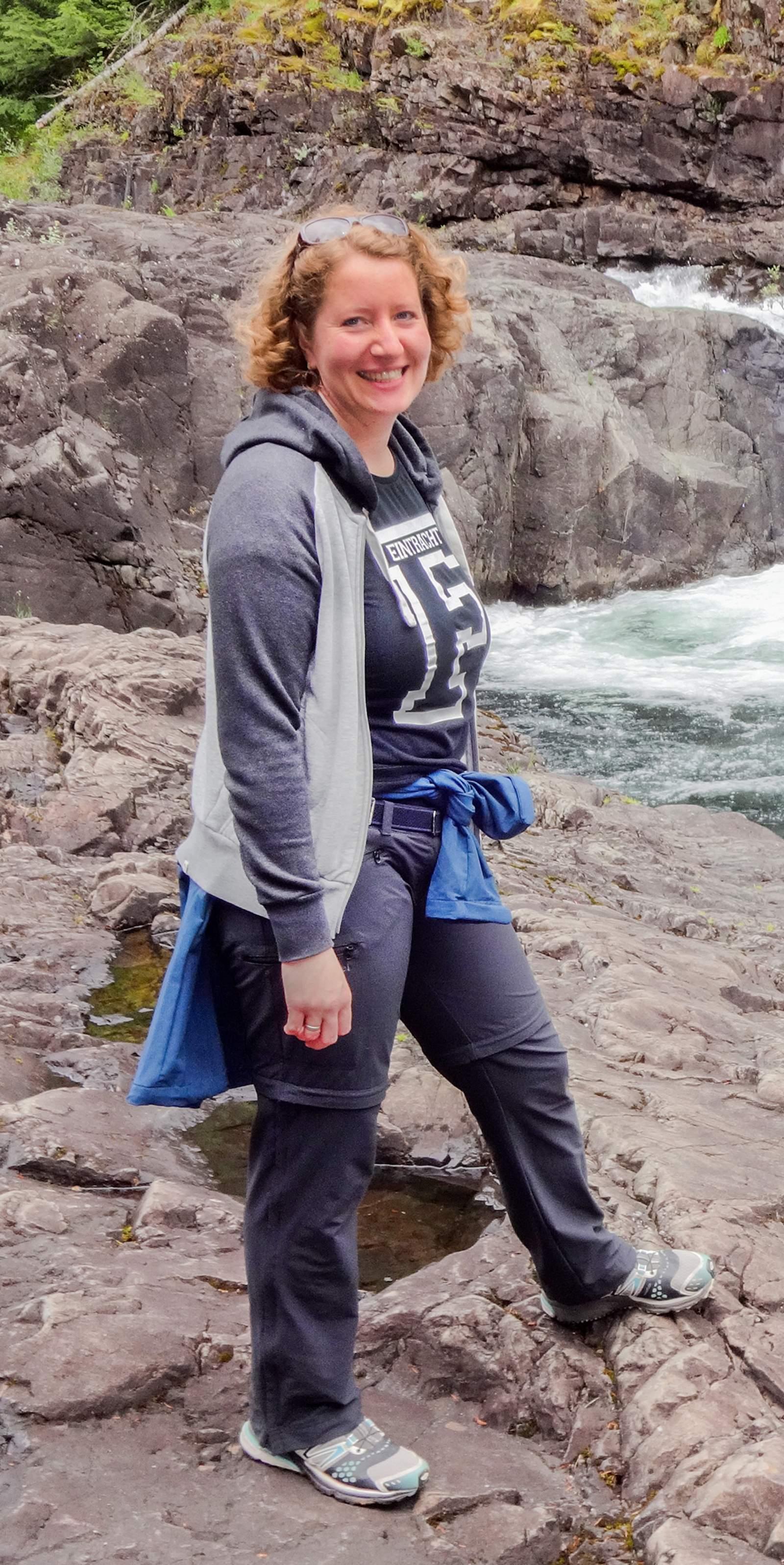 Mitarbeiterin Julia an einem Fluss auf Vancouver Island in Kanada