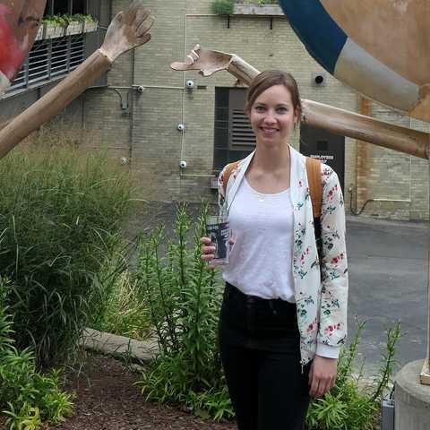 CANUSA-Mitarbeiterin Finja Hansen vor der Lakefront Brauerei in Milwaukee, Wisconsin