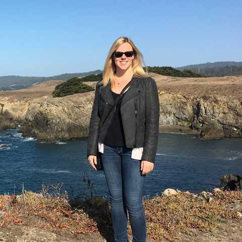 CANUSA-Mitarbeiterin Laura Hardt genießt ihre Zeit im Sonoma Coast State Park in Ka