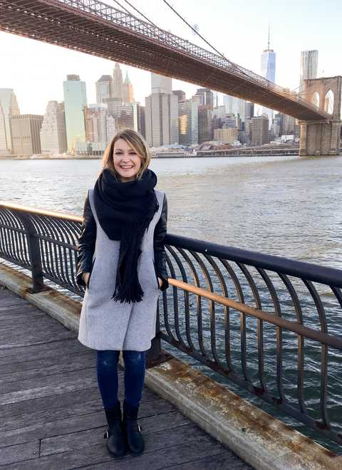 Mitarbeiterin Lena an der Brooklyn Bridge in New York