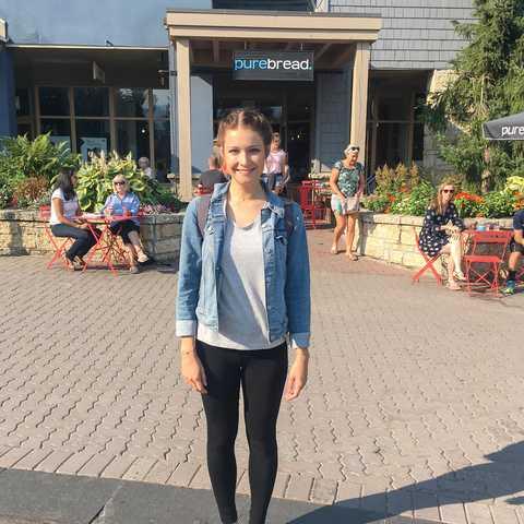CANUSA Mitarbeiterin Lena Walter vor der Bäckerei Purebread in Whistler, British Columbia