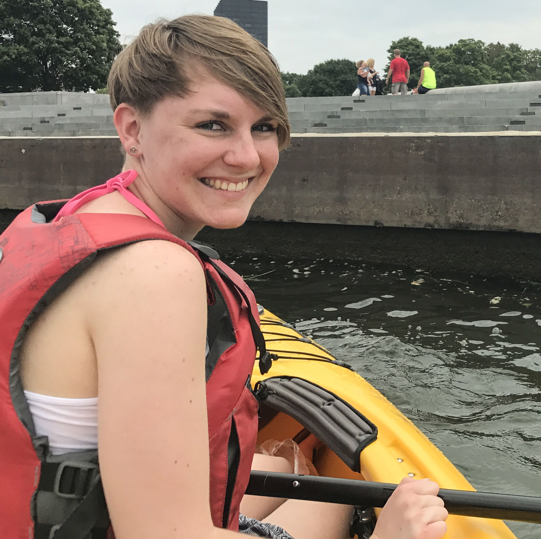 Lena Weigert unterwegs mit dem Kayak durch Pittsburgh