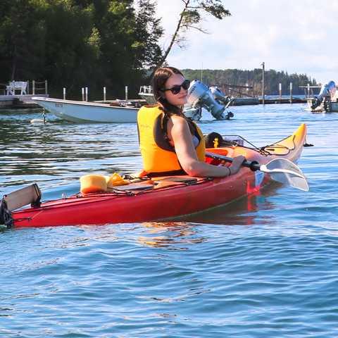 CANUSA Mitarbeiterin Maja Sebode auf Entdeckungstour mit dem Kajak in Nova Scotia