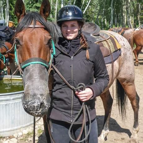 Maja Sebode vor dem Ausritt mit Jasper Park Riding Stables im Jasper National Park