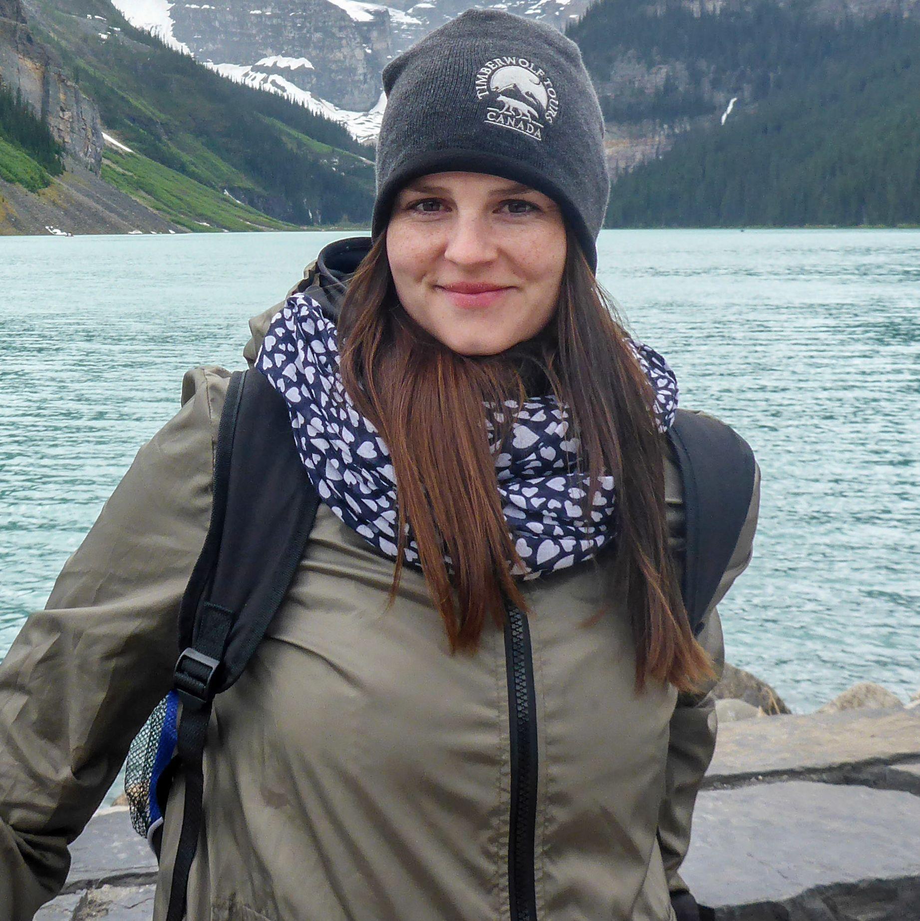 Maja Sebode vor dem Lake Louise in Banff