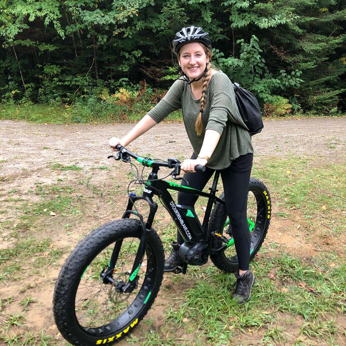 CANUSA Mitarbeiterin Melanie Schubert auf dem e-Fatbike in Mont-Tremblant, Québec