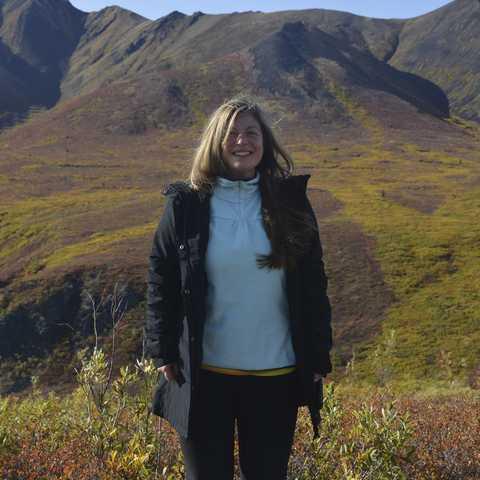 Nadezhda vor schönem Bergpanorama