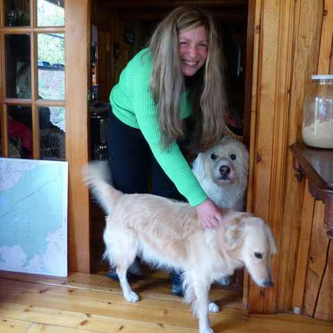 Nadezhda mit zwei Hunden