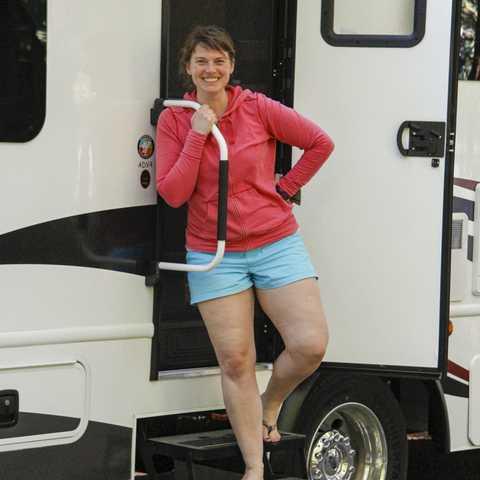 Mitarbeiterin Nicole Haarmann vor ihrem Wohnmobil im Okeover Arm Provincial Park bei Powell River, British Columbia