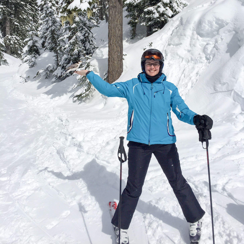 Mitarbeiterin Rebecca beim Skifahren im Whistler Skiegebiet