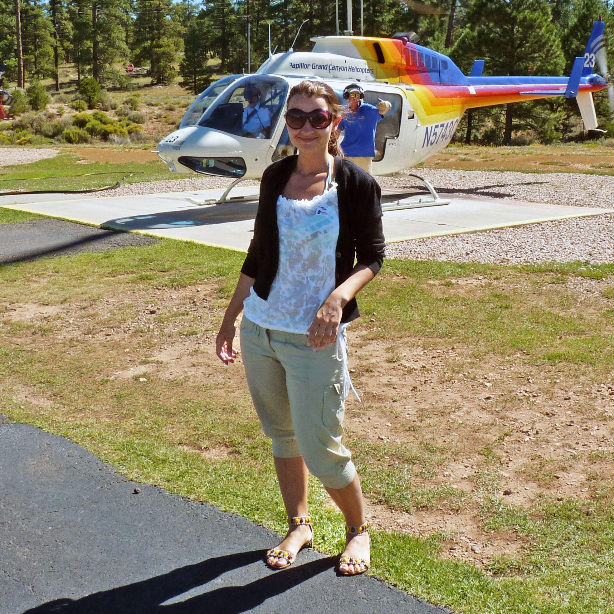 Regina Zwenger vor Grand-Canyon-Helikopter