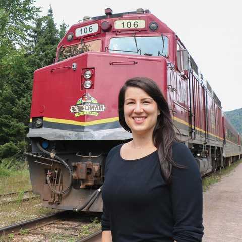 CANUSA Mitarbeiterin Sarina Keil vor einem Agawa Canyon Tour Train in Ontario