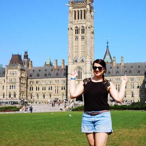 CANUSA Mitarbeiterin Sarina Keil vor dem Parlament von Kanada auf dem Parliament Hill in Ottawa