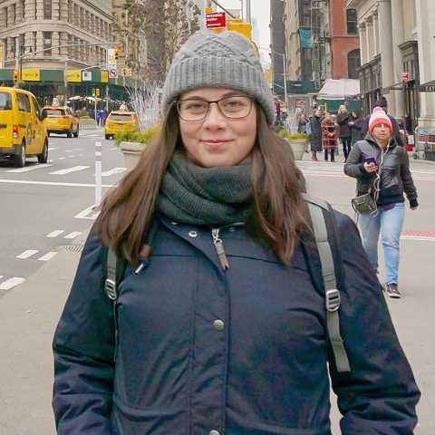 CANUSA-Mitarbeiterin Saskia Burchard vor dem Flatiron Building in New York City