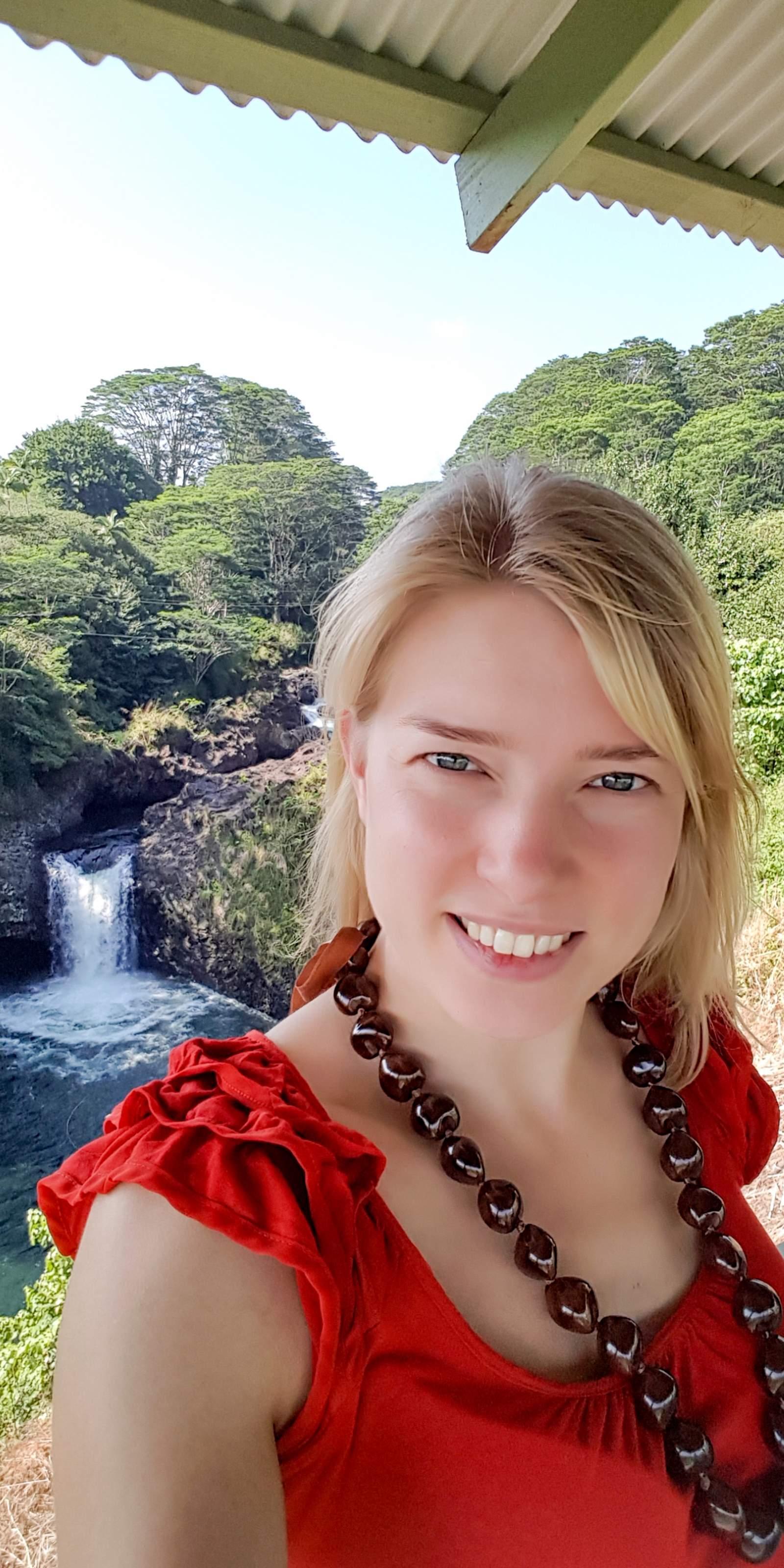 Mitarbeiterin Fanny an einem Wasserfall nahe der Stadt Hilo auf Hawaii