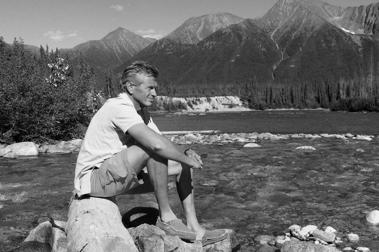Pause am Fluss an der Nahanni Range Road im Yukon