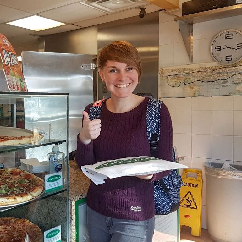 Lena Weigert in einer Pizzeria an der Waterfront von Toronto