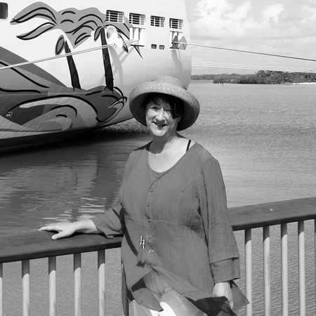Mitarbeiterin Angelika vor der Norwegian Getaway von Norwegian Cruise Line