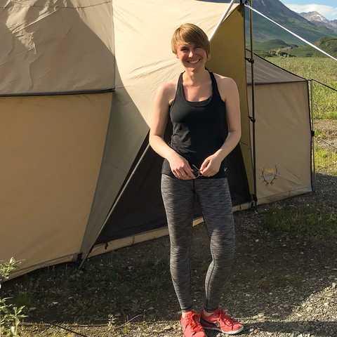 CANUSA Mitarbeiterin Lena Weigert beim Campen nahe der Tangle Lakes in Alaska