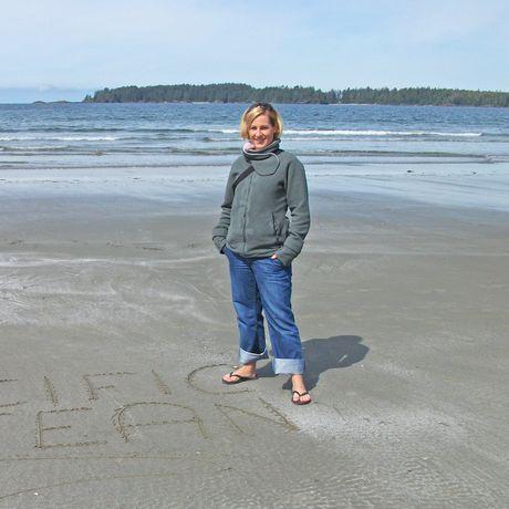 Nadine am Strand von Tofino