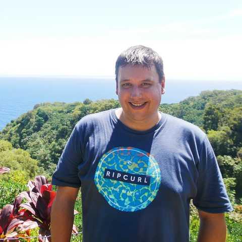 CANUSA Mitarbeiter Stephan Wachinger auf Maui mit dem Ozean im Hintergrund