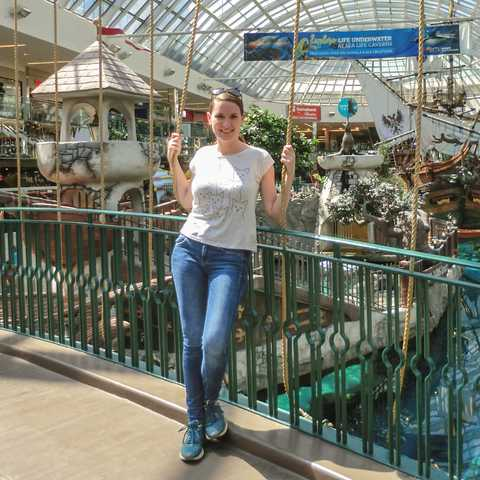 CANUSA Mitarbeiterin Bianca in der West Edmonton Mall