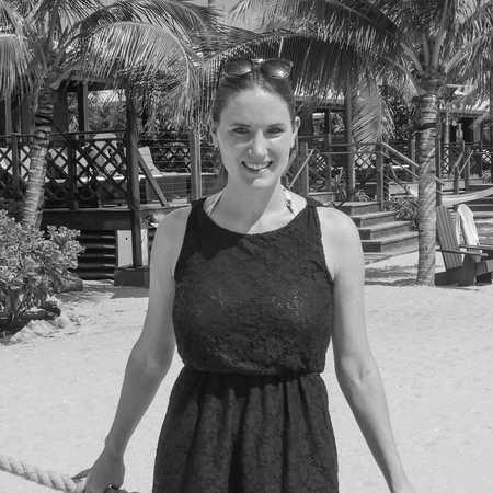 CANUSA Mitarbeiterin Bianca am Srand von Harvest Caye einer Kreuzfahrt-Insel vor Belize in Zentralamerika