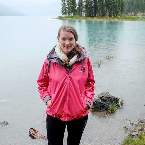 CANUSA Mitarbeiterin Bianca am Maligne Lake in Alberta